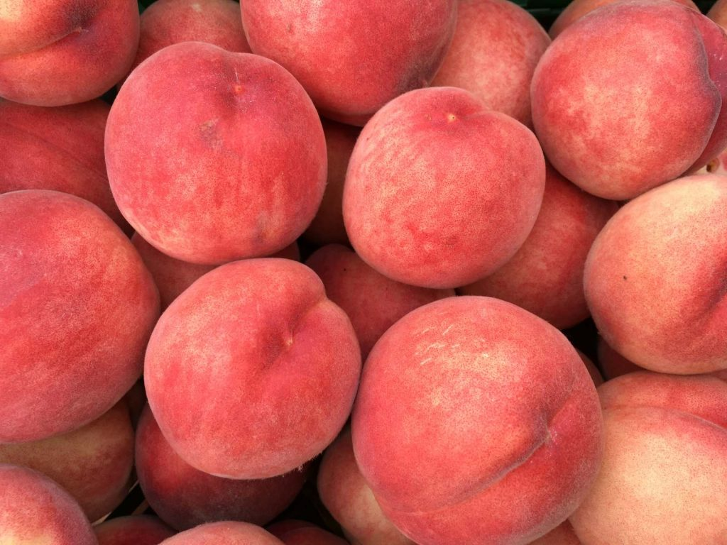 Gestapelte frische Pfirsiche vom Appel Happel Hof