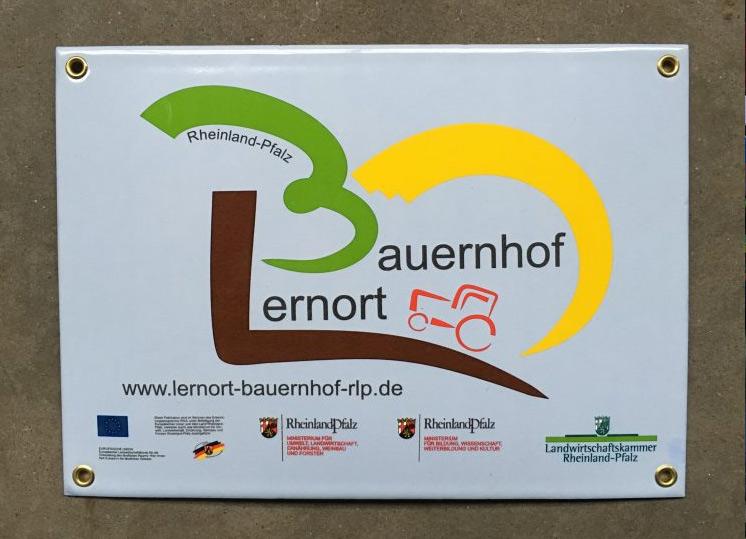Das offizielle Schild des Lernort Bauernhofs Rheinland-Pfalz
